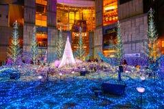 As iluminações iluminam-se acima no shopping do Caretta em Odaiba, Tóquio Imagens de Stock Royalty Free
