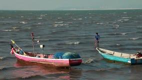 As imagens de vídeo conservadas em estoque 1920x1080 abandonaram férias tailandesas retros do mar do barco de Longtail do barco video estoque