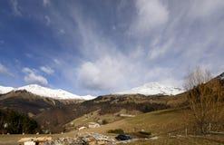 As inclinações verdes de Arera repicam no inverno, Bergamo, Itália Fotos de Stock