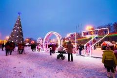As instalações do ano novo em 2017 e árvore de Natal no quadrado Fotos de Stock Royalty Free
