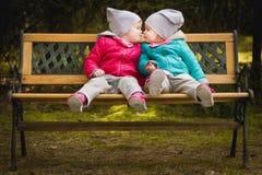 As irmãs dão-se um beijo Fotos de Stock Royalty Free