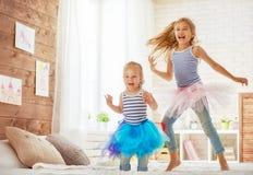 As irmãs que saltam na cama Imagem de Stock
