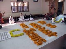 As irmãs rezam ao lado do túmulo de Madre Teresa em Kolkata Foto de Stock