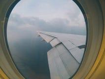 As janelas de Aiplane veem aviões da asa, linha aérea, avião, transporte da skyline da aviação Imagens de Stock
