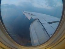 As janelas de Aiplane veem aviões da asa, linha aérea, avião, transporte da skyline da aviação Fotos de Stock