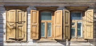As janelas de uma casa de madeira velha Imagens de Stock