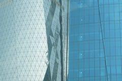 As janelas do escritório nas matiz do azul refletem a luz em Doha Imagens de Stock Royalty Free