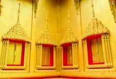As janelas e os quadros dourados tradicionais do templo budista, Tailândia Foto de Stock