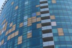 As janelas quebradas de um prédio de escritórios embarcaram acima com madeira compensada Imagens de Stock