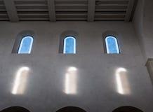 As janelas velhas e antigas em uma sala Fotografia de Stock