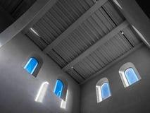 As janelas velhas e antigas em uma sala Fotografia de Stock Royalty Free