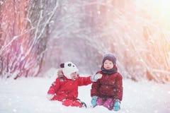 As jovens crianças estão andando no parque do inverno Winte imagem de stock royalty free