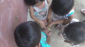 As jovens crianças pobres que jogam a mão diferem apostaram o jogo no lado da rua vídeos de arquivo