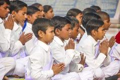 As jovens crianças rezam no monastério budista tibetano Sarnath Fotos de Stock Royalty Free