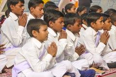 As jovens crianças rezam no tibetano Imagem de Stock