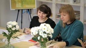 As jovens mulheres aprendem a arte do desenho no estúdio video estoque