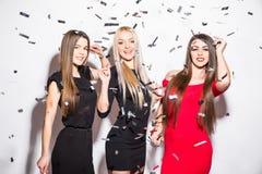 As jovens mulheres bonitas com estrela deram forma a balões e a dança dos confetes e a partido ter Imagens de Stock Royalty Free