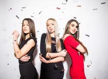 As jovens mulheres bonitas com estrela deram forma a balões e a dança dos confetes e a partido ter Fotografia de Stock