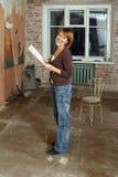 As jovens mulheres de sorriso no apartamento do unrepair Imagens de Stock Royalty Free