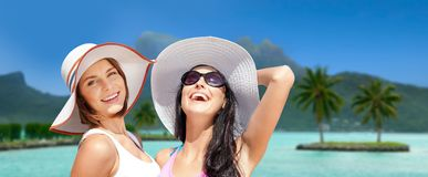 As jovens mulheres de sorriso nos chapéus no bora do bora encalham imagens de stock