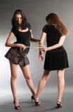 As jovens mulheres discutem Fotos de Stock