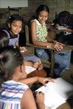 As jovens mulheres e as meninas do Latino têm o divertimento, sala de aula Fotografia de Stock