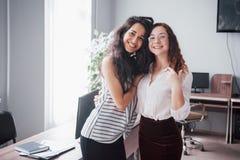 As jovens mulheres estão no trabalho no escritório foto de stock royalty free