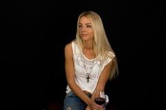 As jovens mulheres estão sentando-se Fotos de Stock Royalty Free