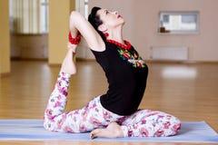 As jovens mulheres fazem a ioga dentro Foto de Stock Royalty Free