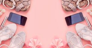 As jovens mulheres modernas dos acessórios de forma da bandeira calçam o fundo do rosa da caixa de presente do dispositivo do tel imagem de stock