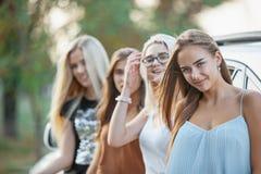 As jovens mulheres que estão perto do carro Foto de Stock Royalty Free