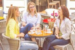 As jovens mulheres têm a ruptura de café junto fotografia de stock
