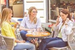 As jovens mulheres têm a ruptura de café junto imagens de stock royalty free