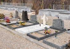 As lápides e as sepulturas do cemitério foto de stock