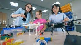 As lâminas dos quadcopters estão obtendo giraram por crianças e por um especialista do laboratório video estoque