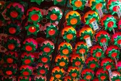 As lâmpadas de papel com notas da bênção penduram no teto do salão principal do eremitério de Gujoel Pokpoam na cidade de Oegok fotos de stock royalty free