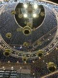 As lâmpadas de pendente do teto e a decoração clara com suspensão de bolas da bolha e de círculos de vidro dourados da estrela pr foto de stock royalty free