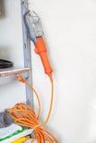 As lâmpadas elétricas portáteis pesam na prateleira da cremalheira Fotos de Stock Royalty Free