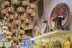 As lâmpadas turcas de vidro, coloridas, tradicionais, decorativas penduram no teto na loja foto de stock royalty free