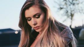 As lãs naturais longas do desgaste da composição do cabelo louro da mulher 'sexy' bonita trajam o terno para a caminhada no sol f video estoque