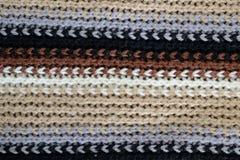 As lãs texture, linhas horizontais do branco, do marrom, as cinzentas e as pretas Foto de Stock Royalty Free