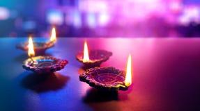 As l?mpadas coloridas do diya da argila iluminaram-se durante a celebra??o do diwali fotografia de stock royalty free