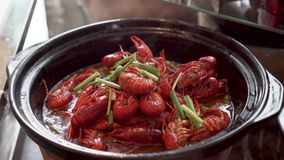 As lagostas quentes tornam côncavas com cebola verde video estoque