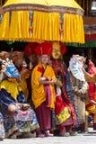 As Lamas tibetanas vestiram-se no mistério místico de Tsam da dança da máscara a tempo do festival budista em Hemis Gompa, Ladakh Fotografia de Stock