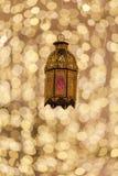 As lanternas árabes tradicionais iluminaram-se acima na ramadã, Eid, Diwali fotos de stock