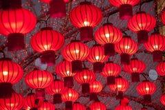 As lanternas chinesas vermelhas coloridas brilham pelo ano novo Fotografia de Stock
