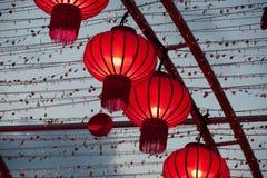 As lanternas chinesas vermelhas coloridas brilham pelo ano novo Imagens de Stock
