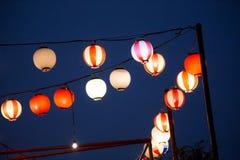 As lanternas de papel chinesas em um partido durante a noite tonificaram com Fotos de Stock Royalty Free