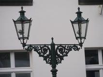 As lanternas velhas do gás em Kaiserswerth Alemanha mantiveram bem e ainda usaram-se, na frente da com parede da casa fotos de stock