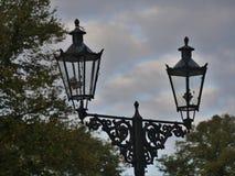 As lanternas velhas do gás em Kaiserswerth Alemanha mantiveram bem e ainda usaram-se, um céu nebuloso fotos de stock royalty free